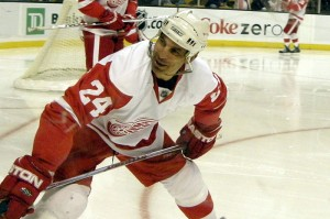 Hall of Famer Chris Chelios with the Detroit Red Wings. Image courtesy of Wikimedia Commons.